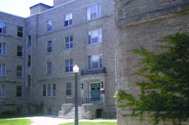 McNeill House is close to a lake, a field and a caf. Good living.