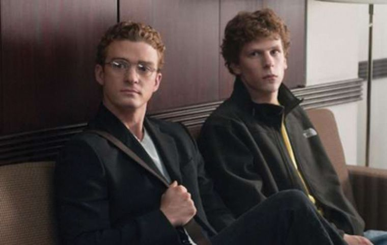 Napster founder Sean Parker (Justin Timberlake) earns Zuckerberg's (Jesse Eisenberg) trust with personal incentives.