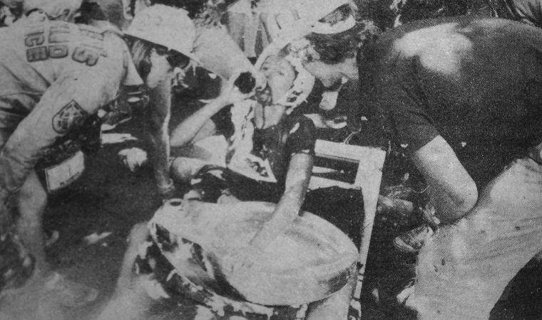 FRECS watching a frosh drink atop the throne during the Thundermug Race in 1980.