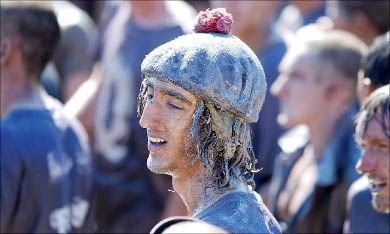"""Scott Irwin, Sci '11's """"tam frosh"""", enjoys his hard-won crown after one hour 47 minutes and 31 seconds in the pit."""