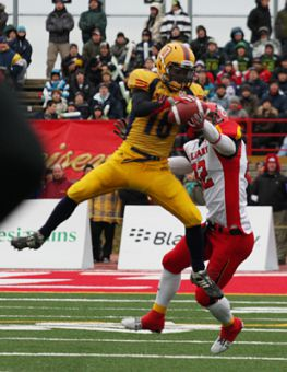 Queen's defensive back Jimmy Allin intercepts a pass by Calgary Dinos quarterback Erik Glavic in the first quarter of today's Vanier Cup. The Gaels won the game 33-31.