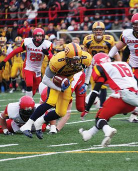 Wide receiver Blaise Morrison eludes two tackles before taking on Dinos' defensive back Michael Lau on Saturday afternoon at the PEPS Stadium in Quebec City.