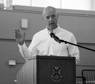 Eric Windeler, Comm '82, talks to frosh leaders about mental health illness in university.
