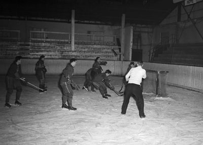 Jock Harty arena, previous home of the Gaels until 2006, was built in 1922 on Arch St. before being relocated to Union in 1971. Above is a 1952 hockey game at the Arch St. location.