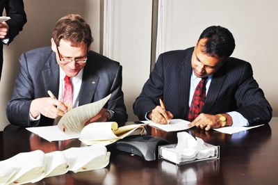 Principal Woolf and Jindall Global Law School's Vice-Chancellor Raj Kumar sign a memorandum of understanding during Woolf's recent trip to India with a group of presidents from other Canadian universities.