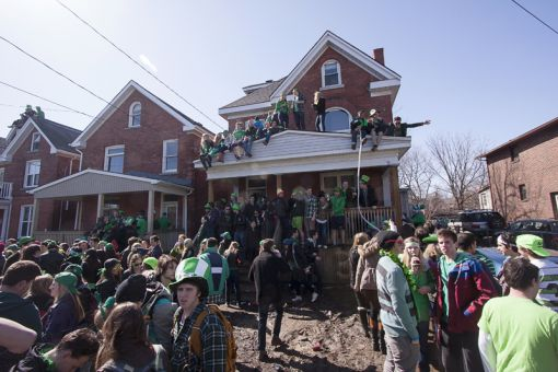 Over 1,000 students were gathered on Aberdeen St. at its peak on Sunday, say Kingston Police.