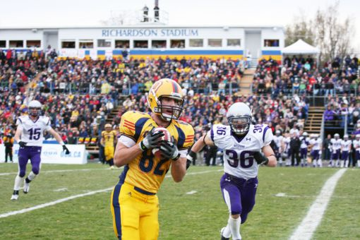 Queen's defeated Western 43-39 to win the 2009 Yates Cup in Kingston.
