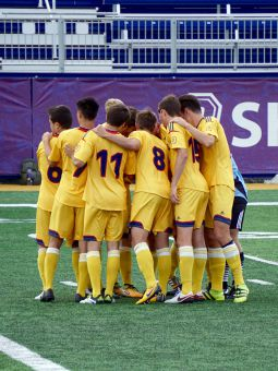 The Gaels huddling up just prior to kick-off.