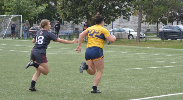 Maddie Banks runs towards the try zone with a grasping Marauder hot on her tail