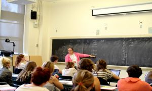 Bonnie Jane Maracle teaching a Mohawk Language and Culture  at Queen's.