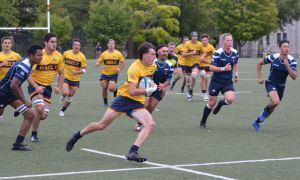 Sam Ibbotson run down the field with the ball against the Uoft Blues